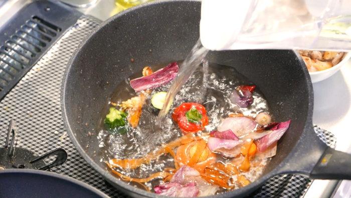 炒めた野菜に水を加える