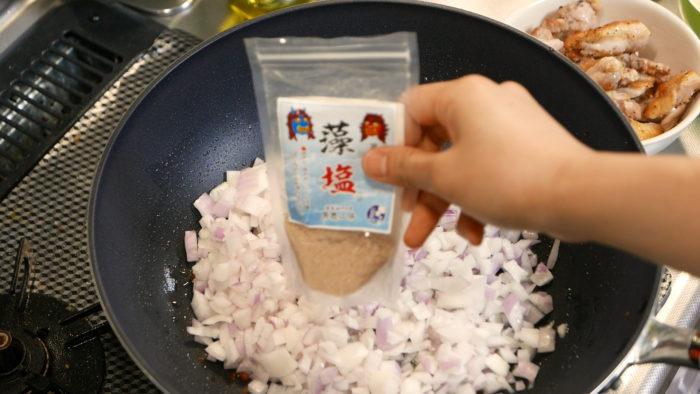 玉ねぎに塩を加える