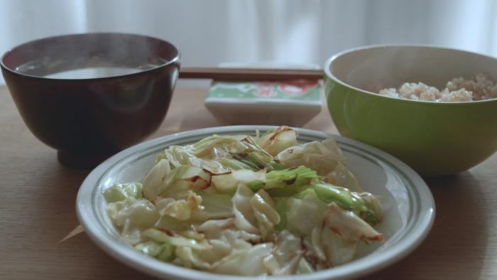 キャベツ炒めと食卓
