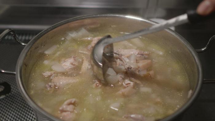 スープをかき混ぜる