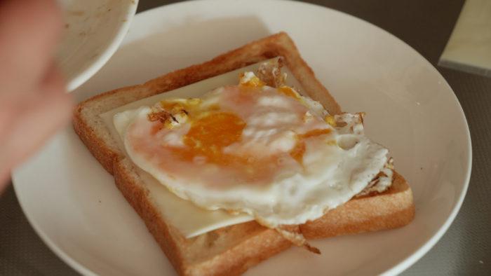 卵焼きをパンに乗せる