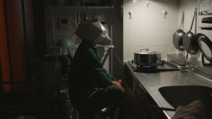 夜中の台所に佇むクマ