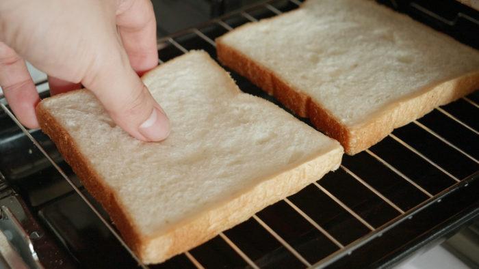 パンをグリルに入れる