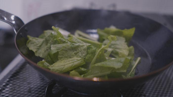 カブの葉っぱを炒める