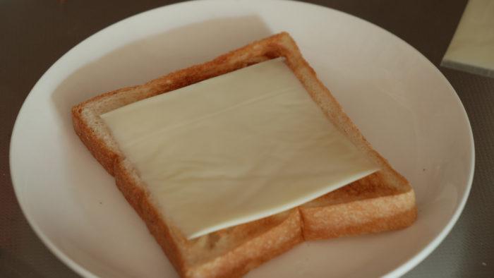 パンにチーズを載せた写真